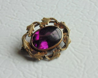 VICTORIAN REVIVAL. Collar Pin. Brooch. faceted. AMETHYST Glass. stone goldtone filigree setting 1940s
