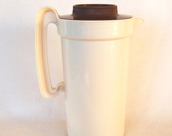 Vintage Rubbermaid 2 Quart Pitcher with Brown Screw On Lid number 2796