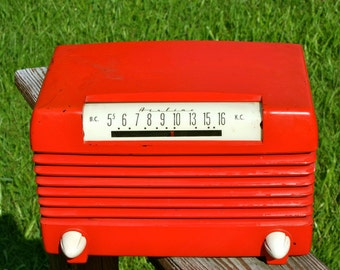 Bakelite Radio Atomic Red in Great Working Condition