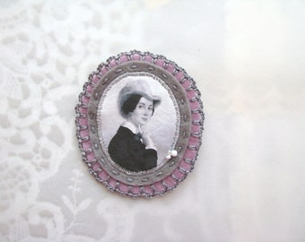 felt brooch with lady portrait - grey and pink tones lightweight brooch pin - gift for her - museum painting brooch - victorian style brooch