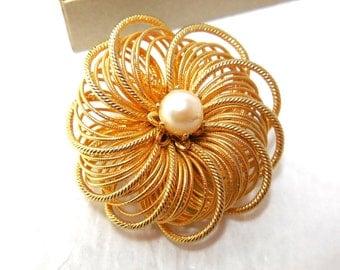 Vintage Gold/Pearl Brooch 60's Bride Modern flower Wire filigree Great Gift