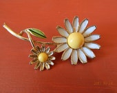 Weiss Daisy Brooch Vintage White Yellow Green