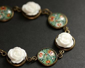 Green and White Flower Bracelet in Bronze. Personalized Flower Bracelet. White and Green Flower Bracelet. Handmade Bracelet.
