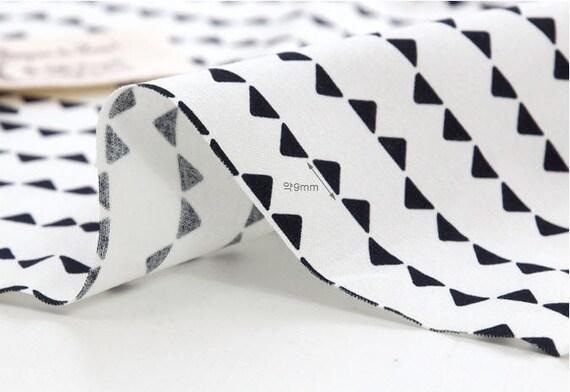 noir et blanc mini triangles tissu de coton par la cour. Black Bedroom Furniture Sets. Home Design Ideas