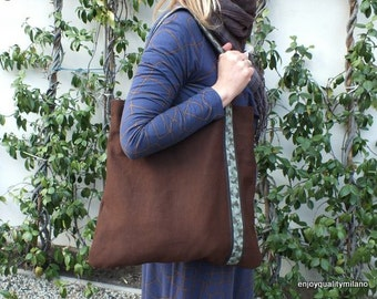Exclusive trapezoidal shape bag in chocolate organic hemp with camouflage strap