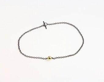 Armband Silber 925 Sterling & 8 Karat Gold: Punkt Armband - Armkettchen aus geschwärztem Silber mit kleiner Perle aus 8 karat Gold (333)
