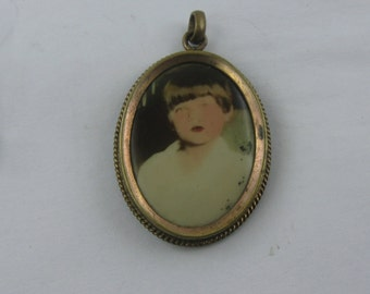 Age old, oval photo pendant. Approx. 3.2 cm x 2.4 cm. Vintage