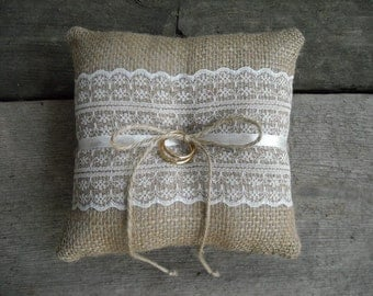 Burlap ring pillow Burlap Ring Bearer Pillow Ivory or White lace Ring cushion Woodland / Rustic / Cottage style Weddings