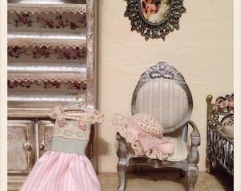1/12 vestito ed appendiabiti, dolls house miniature fatto a mano