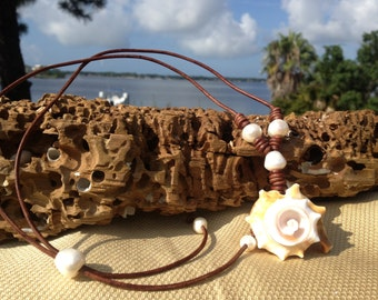 Leather pearls seashell necklace