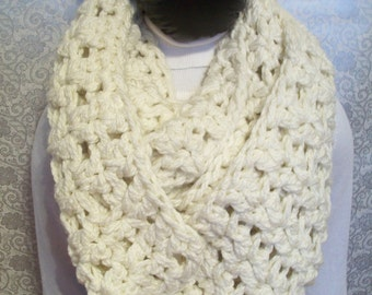 Super Snuggly Chunky Crochet Cowl Cream. Infinity Scarf. Ivory Circle Scarf