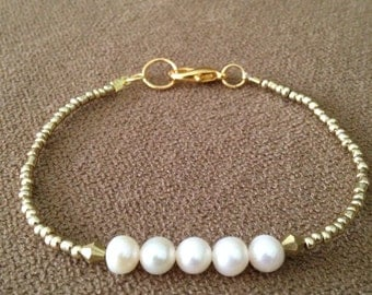 White freshwater pearl bracelet, white and gold