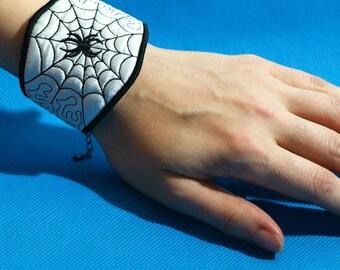Embroided bracelet Web