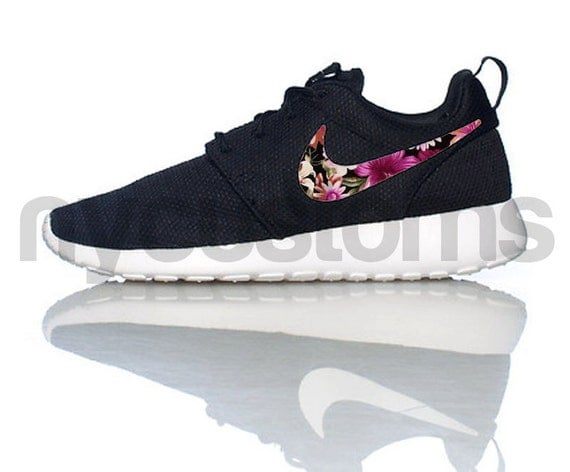 nike roshe run schwarz weiss blumiges bouquet print swoosh v3. Black Bedroom Furniture Sets. Home Design Ideas