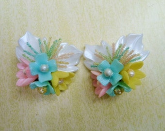 Great 50s plastic flowers clip-on earrings, pastel colors.