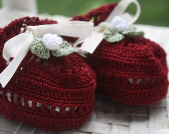 Baby booties with flower
