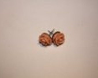 Earrings whit salmon colored flower