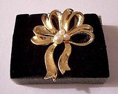 Pearl Big Bow Ribbon Pin Brooch Gold Tone Vintage Large Loops Wide Smooth Textured Swirl Bands Three Assorted White Beads