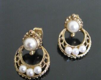 Gold tone metal and faux pearls earrings  -Antique reproduction pearls earrings - Faux pearls stud earrings - Bridal earrings