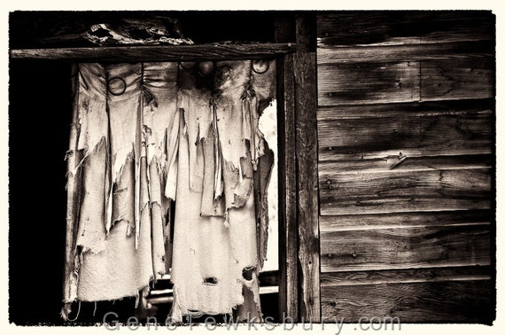 Cortinas rasgadas en cabaña abandonada Fine por BigSunPhotography