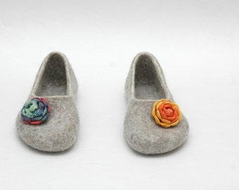 FELTED SLIPPERS with tiny crocheted flowers Women home shoes Natural felt Bright colors Beige orange blue pink Eco fashion Gift for her
