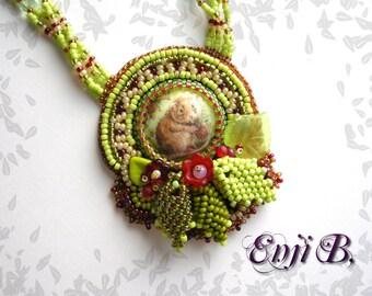 Collier nature broderie de perles, fleurs, feuilles, nature, campagnol,cabochon porcelaine, bijou de créateur made in France EnjiB
