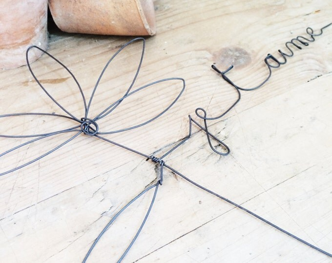 Wire daisy with the message  je t 'aime