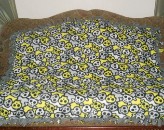 Yellow Gray White Skulls on Black White Gray Yellow Camouflage Gray Back No Sew Fleece Blanket Knot Tie Blanket 48x60 Approximate size