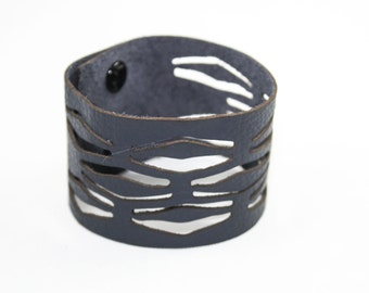 Leather Cuff Bracelet - Striated Pattern (Navy Blue) - Size Medium
