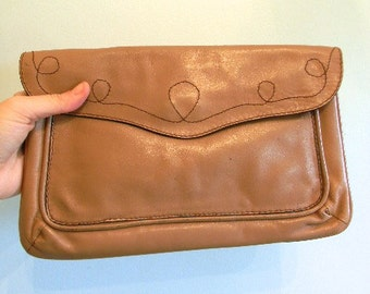 vintage. 70s Taupe Leather Clutch  // CLASSIC RETRO