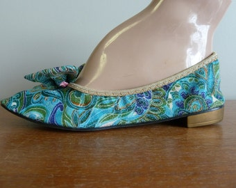60s House Slippers - Metallic Blue Green Gold Print - Big Bows - Lounging Shoes - Mercury - Vintage 1960s - 6 6.5 M
