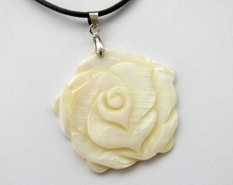 Luster Natural Sea Shell Flower Floral Pendant 36mm x 36mm  T2544