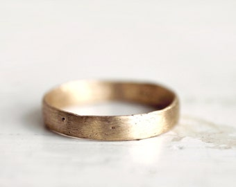 A rustic gold wedding band. 18k. Lulu