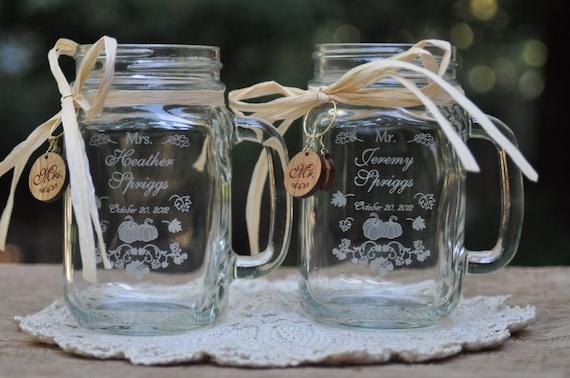 Craquez pour des faveurs de mariage, citrouille Mr et Mme Mason Jars, personnalisé gravé avec des breloques en cerisier