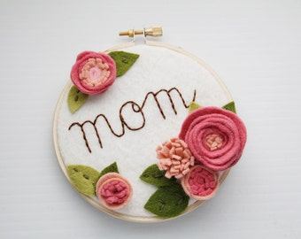 Mom Sign, Gift for Mom, Mother's Day Gift, Personalized Embroidery Hoop Art, Cursive Name Sign, 3D Wall Art, Gift for Her, Felt Flowers