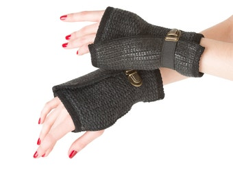 Fingerless gloves in black coated wool