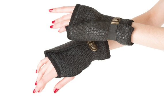 Fingerless gloves in black coated wool