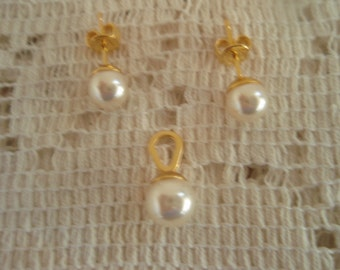 3pc Pearls Pendant and Earrings set.   Pearls set in gold tone setting