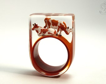 Alp peace – extraordinary cow ring with two brown-and-white cows on a brown ring made of resin