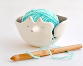 Ceramic Fox Yarn Bowl Decorated in Violet with Yellow Polka Dots. Listo Para Enviar