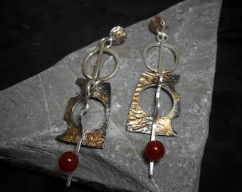 Crosslinked and oxidized silver earrings set with cornelian