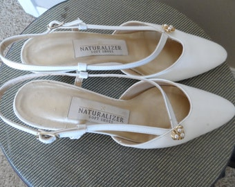 70's White Leather Sling Back Heels.  Naturalizer Soft Shoes Size 7 AA Excellent Vintage Condition