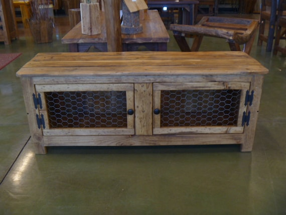 Rustic bench coffee table with chicken wire doors - Table de nuit palette ...