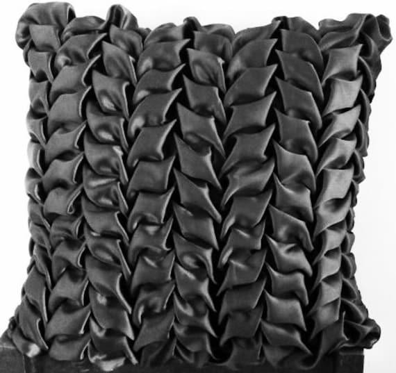 Coussins d coratifs couvre oreiller satin noir par knotnstitch for Couvre canape noir