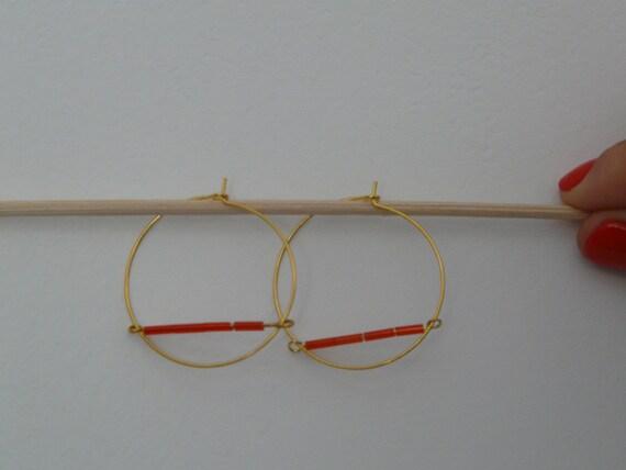 Superbes boucles d'oreilles créoles dorées avec perles couleur rouge