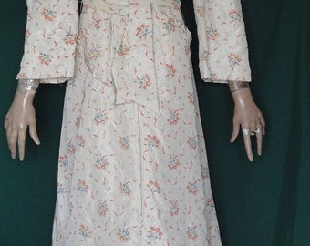 SALE NOS White Quilted Robe with Blue & Red Flowers and Tag Size 15 B38