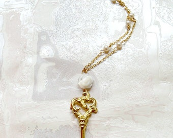 Elegant key long necklace with pearls and a mother of pearl rose.