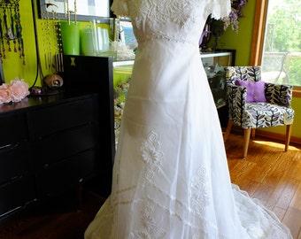 Vintage wedding dress 1970s Lace applique perfect Classic dress