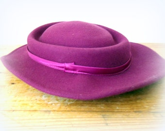 woman dark pink hat- Delicate Details- chic lady- wedding accessory- soft felt and satin- fiber accessory- ruby red party