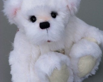 Angelinchen, a 7 inches tall OOAK artist bear made from different sorts of white faux fur with cotton fabric paw pads